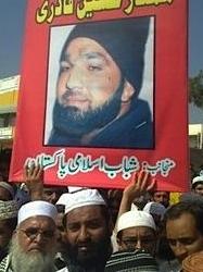 Afbeelding Mumtaz Qadri rondgedragen door fans. Bron: Julie McCarthy-NPR